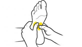 دوم: پای چپ را دوباره بر زانوی خود قرار دهید. ماده مرطوب کننده را بر روی شست دستان خود قرار دهید. هر کدام از انگشت های شست خودتان را با فشاری محسوس بر روی نقاط مرکزی کف پای او بفشارید. بعد به آرامی سطح به اندازه یک سکه را مثل دفعه قبل در سمت های عقربه ساعت و بالعکس مالش دهید. همین کار را با پای راست نیز انجام دهید.
