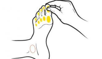 سوم: با نوک انگشتان دست به ترتیب شست تا انگشت کوچک پای وی را به آرامی بفشرید. بعد کف پای نزدیک به سرانگشتان او را هر بار به مدت 10 ثانیه از کوچکترین انگشت تا شست (در هر دو پا) ماساژ دهید.