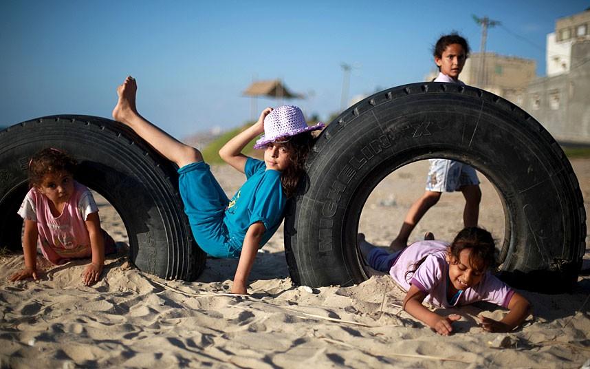 بچه های فلسطینی کمپ Deir al-Balah  مشغول بازی در کنار ساحل
