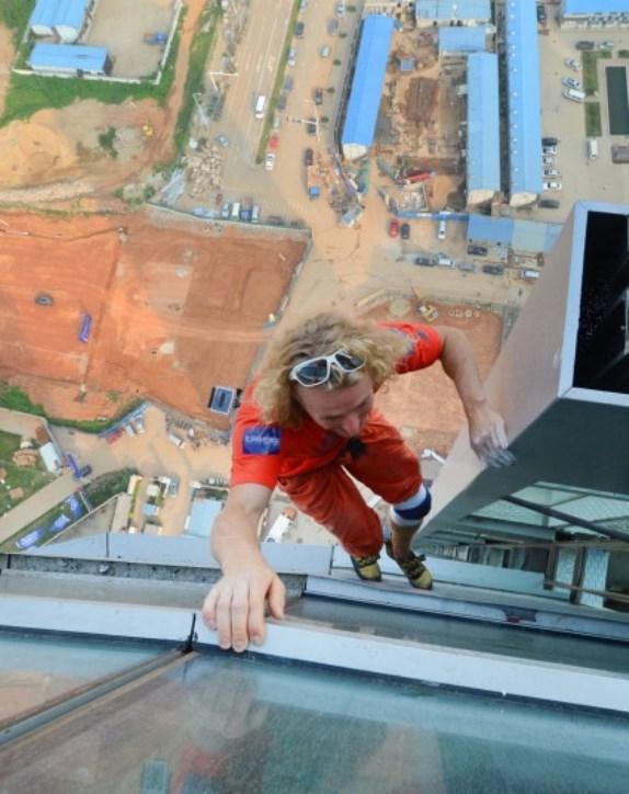برای ساختمان نورد اتریشی Michael Kemeter یک ساعت طول کشید تا از برج 45 طبقه ایی بالا رود.