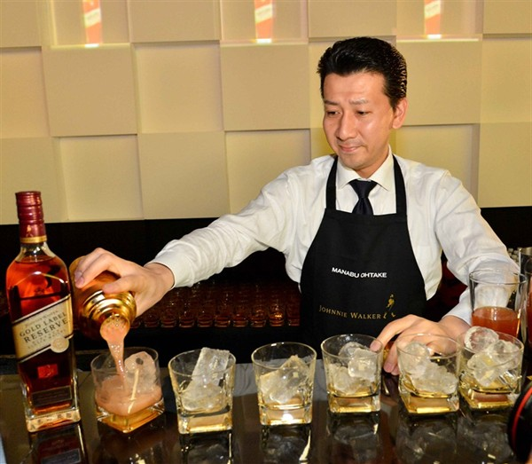 singapore-revelers-drink-up-at-johnnie-walker-circuit-lounge_11