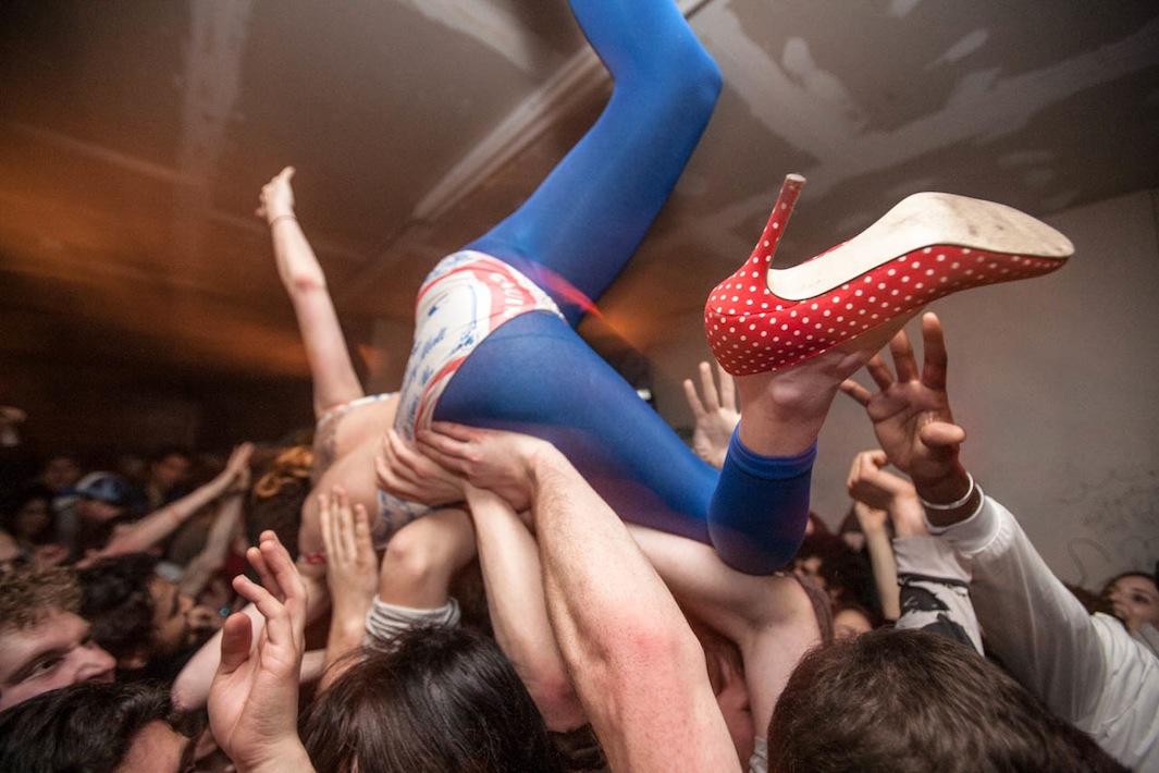 بروکلین - اجرای موسیقی راک - رقص بر روی دست جمعیت -