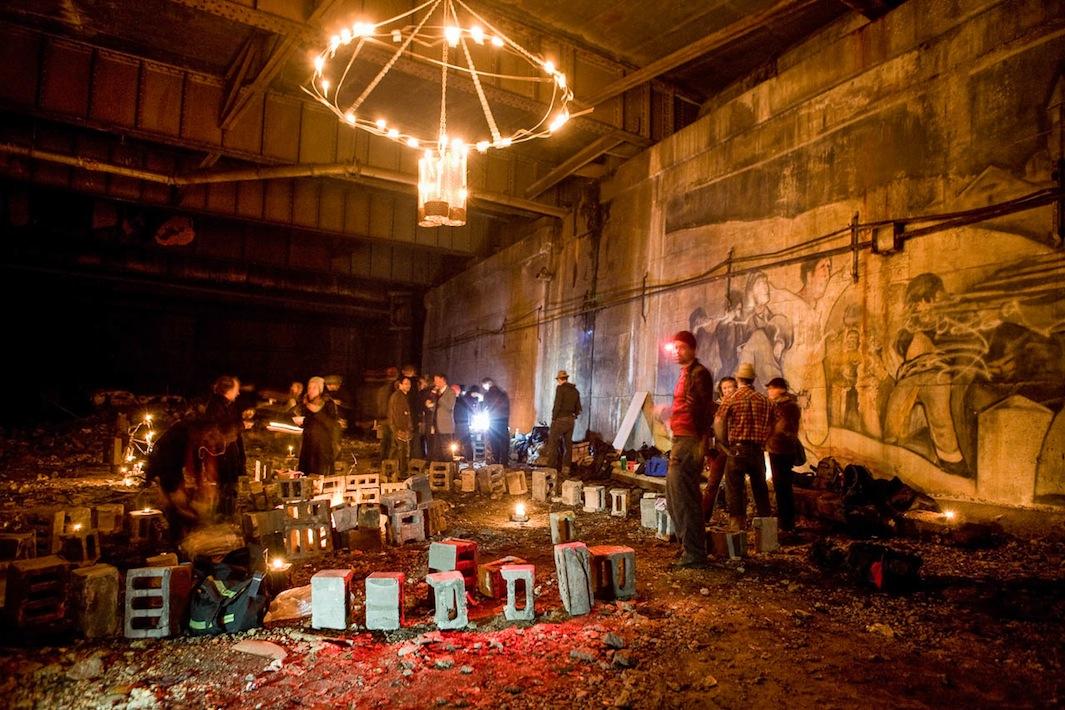 مانهاتان - زیر پل ازادی - جمع شدن برای برنامه شام مخفی