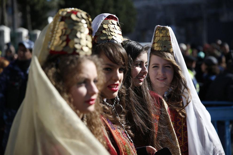 بیت اللحم - دختران مسیحی در لباس سنتی فلسطینی Reuters/Darren Whiteside