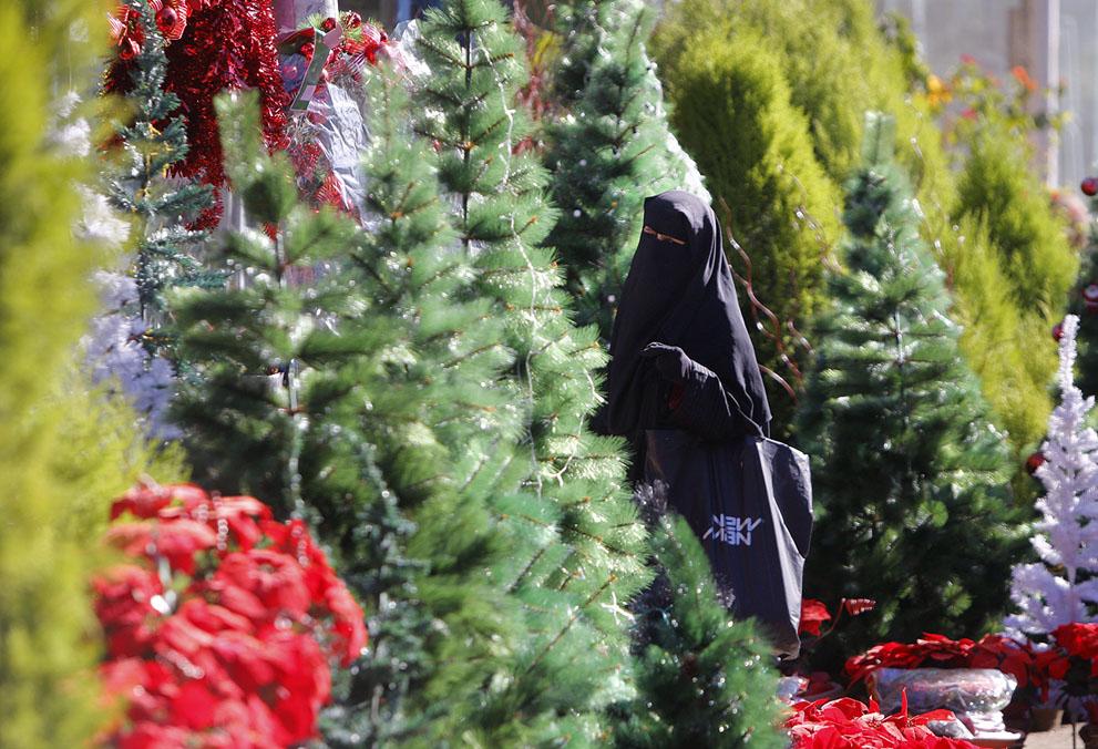 مصر - زن مسلمان در بازار درختان کریسمس P Photo/Amr Nabil