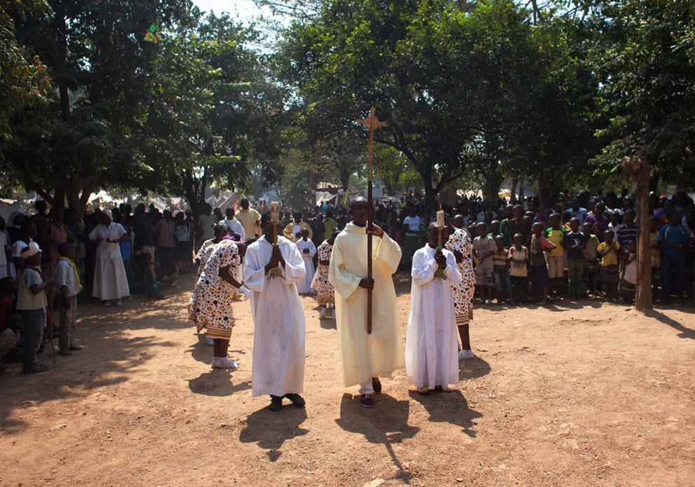 جمهوری افریقای مرکزی - کمپ اواره ها و مراسم کشیش های کاتولیک برای تولد مسیح AP Photo/Rebecca Blackwell