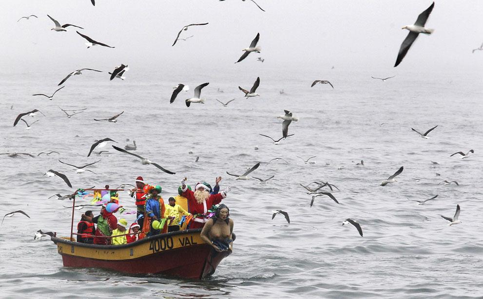شیلی - اتحادیه ماهیگیران هدایای کریسمس را به جزائر می برند Reuters/Eliseo Fernandez     شیلی - اتحادیه ماهیگیران هدایای کریسمس را به جزائر می برند     Reuters/Eliseo Fernandez
