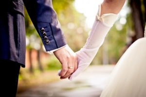 wedding_holding_hands-620x412