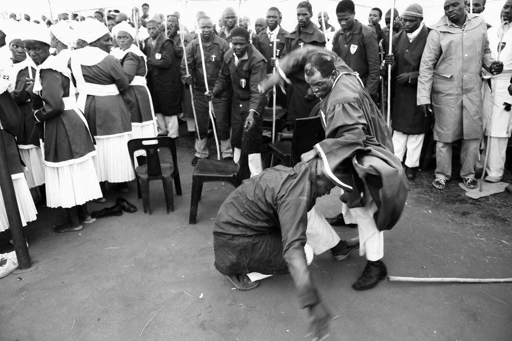کشیش با کتک زدن، جن را از بدن مومن بیرون می کند