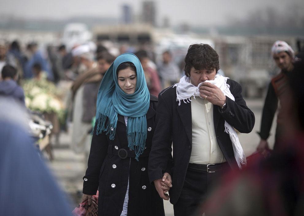 یک زوج افغان در بازار کابل