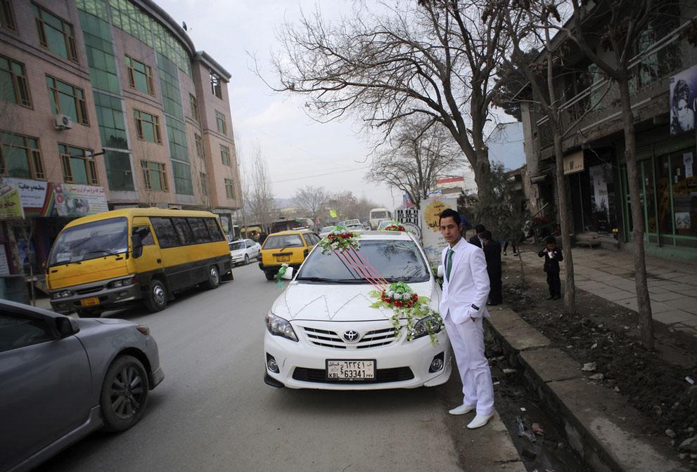 داماد تازه از سلمانی در آمده در یکی از خیابان های مرکزی کابل