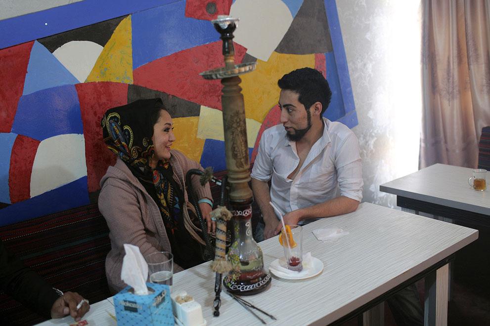 خواننده افغان متین با دوست دخترش در کافه ایی در کابل