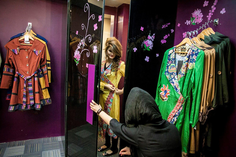 پوشیدن لباس برای دختران و زنان جوان همیشه دردسرافرین بوده است ولی کوتاه نمی آیند