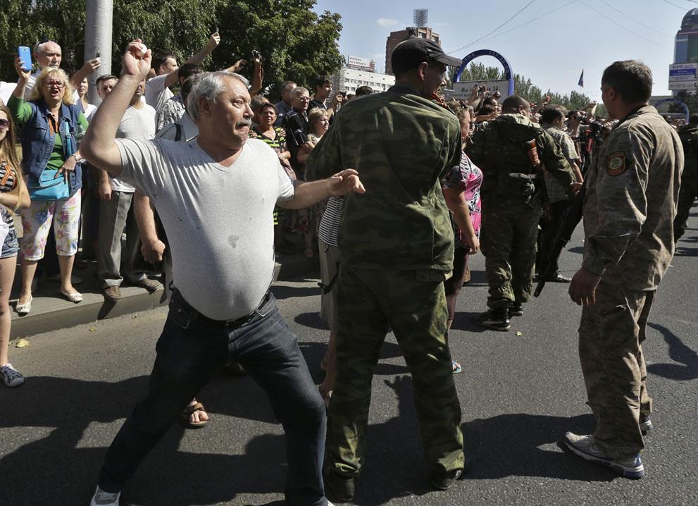 حمله طرفداران روسیه به اسرای اوکرائینی