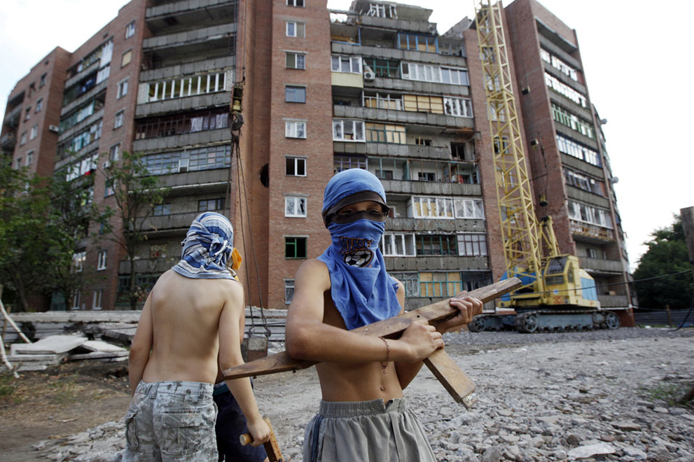 بچه های  به تله افتاده در بین دو نفرت، مشغول بازی با جنگ هستند