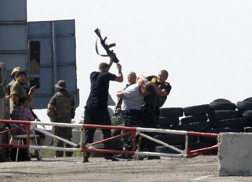 سربازان اوکرائینی یک مظنون به جاسوسی را کتک می زنند