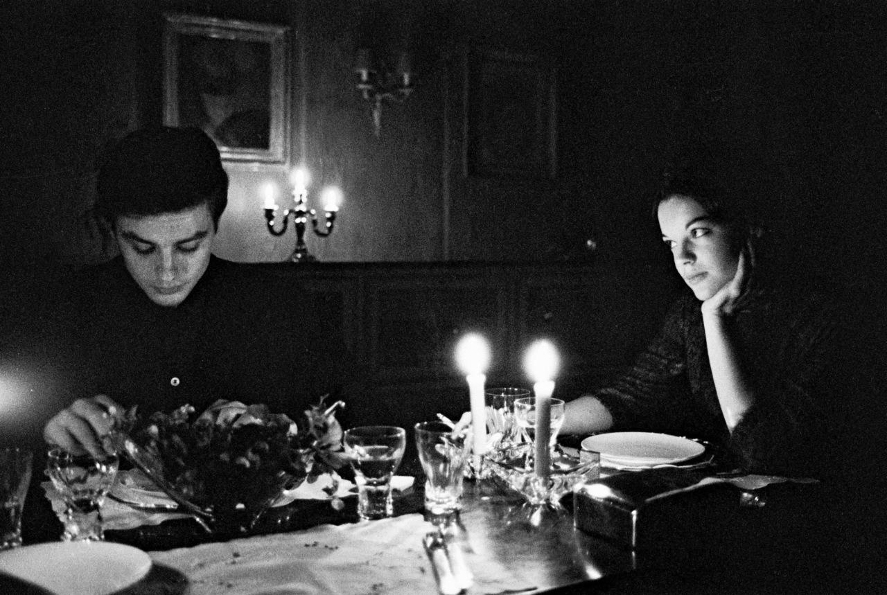 romy-schneider-et-alain-delon-chez-eux-c3a0-tancrou-en-1959