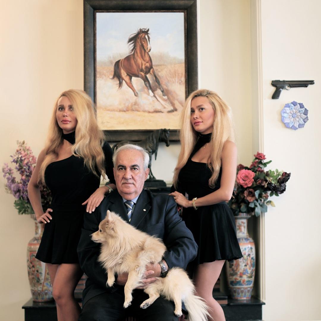 شیما و لینا با پدرشان که تحصیلات اروپای داشت و و برای دخترانش همواره مشوق سبک زندگی بود که جوانان غربی از آن برخوردار هستند