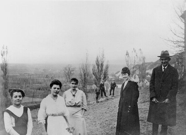 کافکا و منشی اش جولیا کایزر و خواهرش اتلا و دیگران - عکس از Hans-Gerd Koch, Hagen