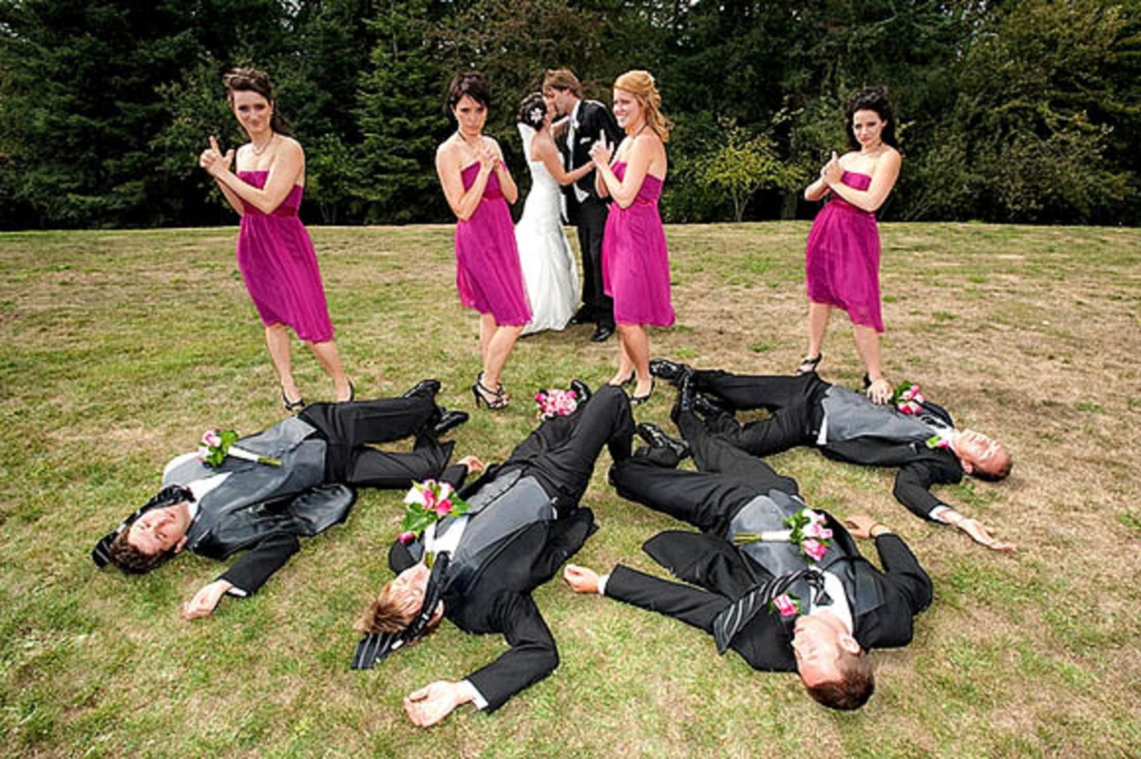 10-funny-wedding-party-portrait-pose-12