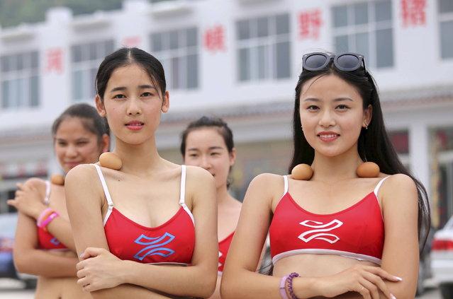 مسابقه دختر شایسته توریسم در  چین و اعتقاد مبنی بر هر چه ظریفتر باشی قدرت  حفظ تعادل تخم مرغ بر روی استخوان شانه بیشتر می شود