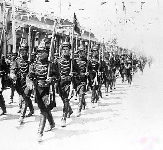 رژه سربازان ایرانی در روز تاجگذاری رضاشاه در تهران