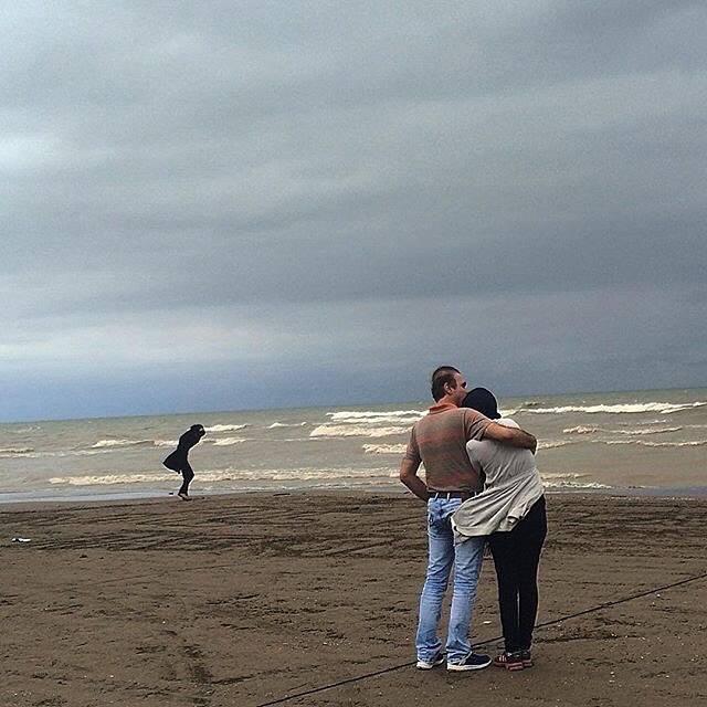 زوجی کنار دریای خزر. محمودآباد، مازندران، عکاس محیا رستگار