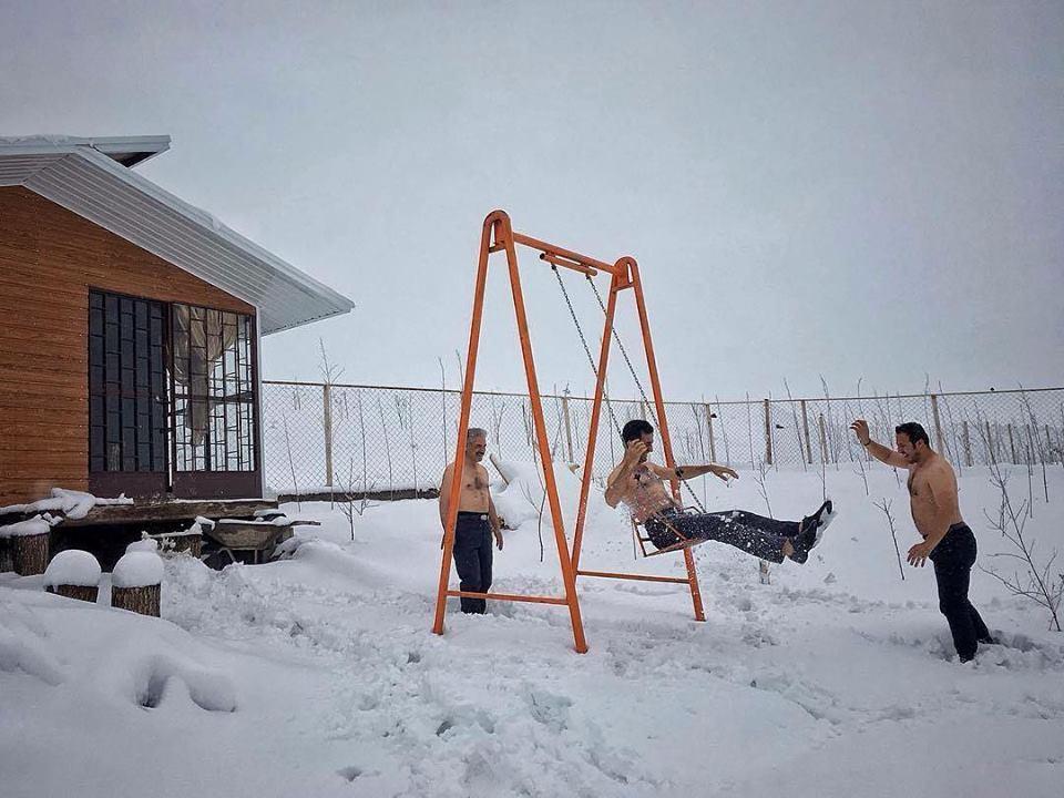 مردان در حال خوشگذرانی در یک روز بهاریِ برفی. تبریز، عکاس سعید زارعی