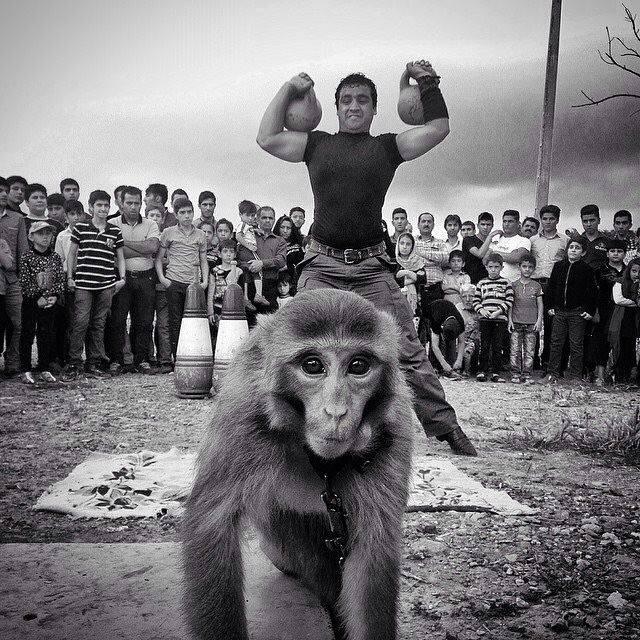 مردم در حال تماشای معرکهگیری. قزوین، عکاس مهران مافیبردبار