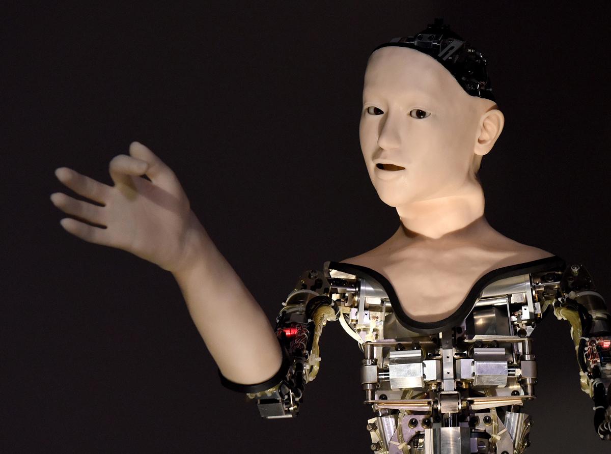 اسمش «جانشین» است و توسط انشگاه توکیو و اوزاکا ساخته شده است. این آدم ماشینی می تواند سر و چشم و دهنان و بدنش را همزمان در حین واکنش به چند نغر تنظیم کند. AFP / TORU YAMANAKA (Photo credit should