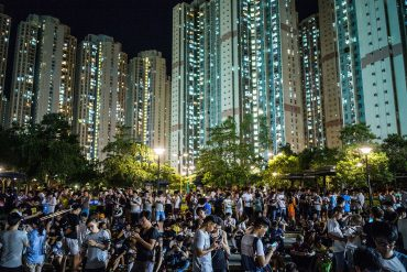هنگ کنگ، تابستان 2016 -   افراد در یک پارک مشغول بازی جدید پوکومان هستند.  (Photo by Lam Yik Fei/Getty Images)